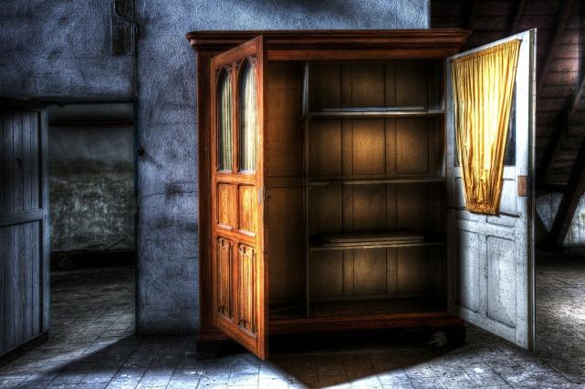 closet-426386_1920